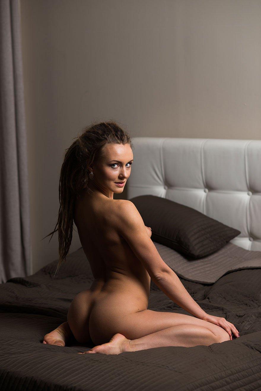 Симпатичная порнушка подтянутой блондинки на постели