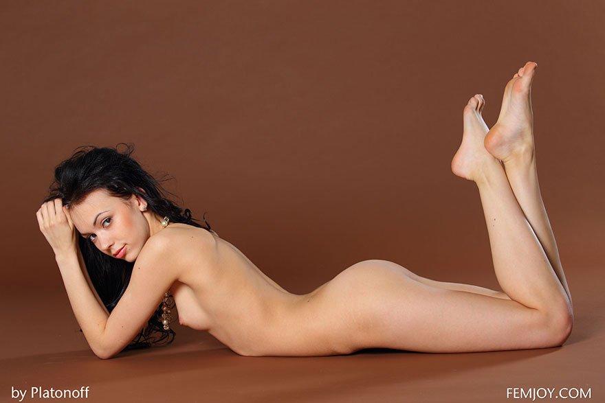 Красивая эротика брюнетки с маленькой грудью в студии
