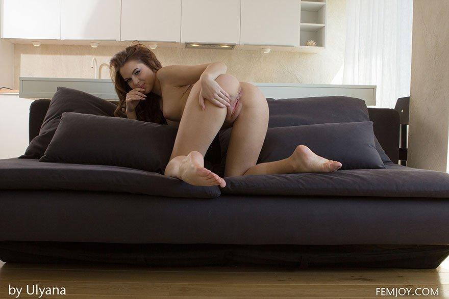 Эро фотки голой Совершеннолетней девушки на мягком диване