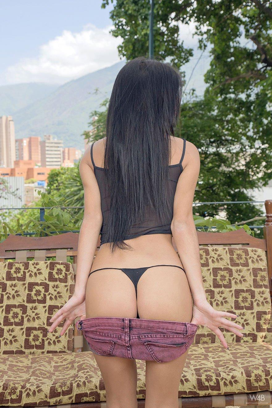 Брюнеточка в прозрачном топике показала гигантскую попку смотреть эротику