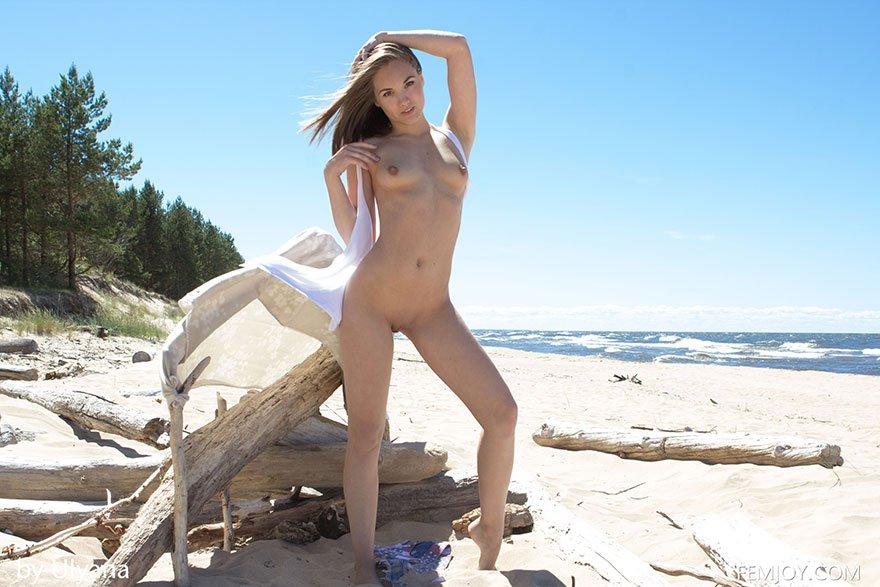 Молоденькая блондинка снимает купальник - эротика на пляже