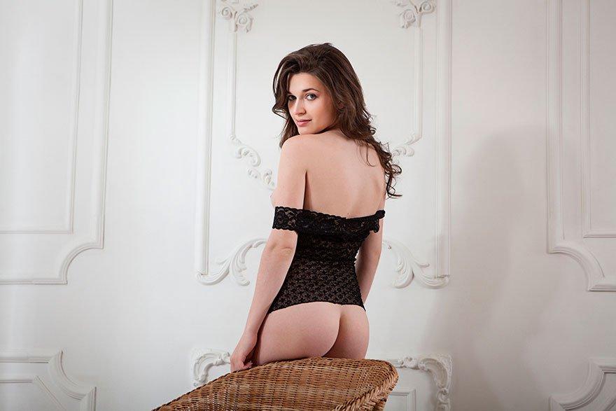 Красивые волосы шатенки в кружевной черной рубашке секс фото