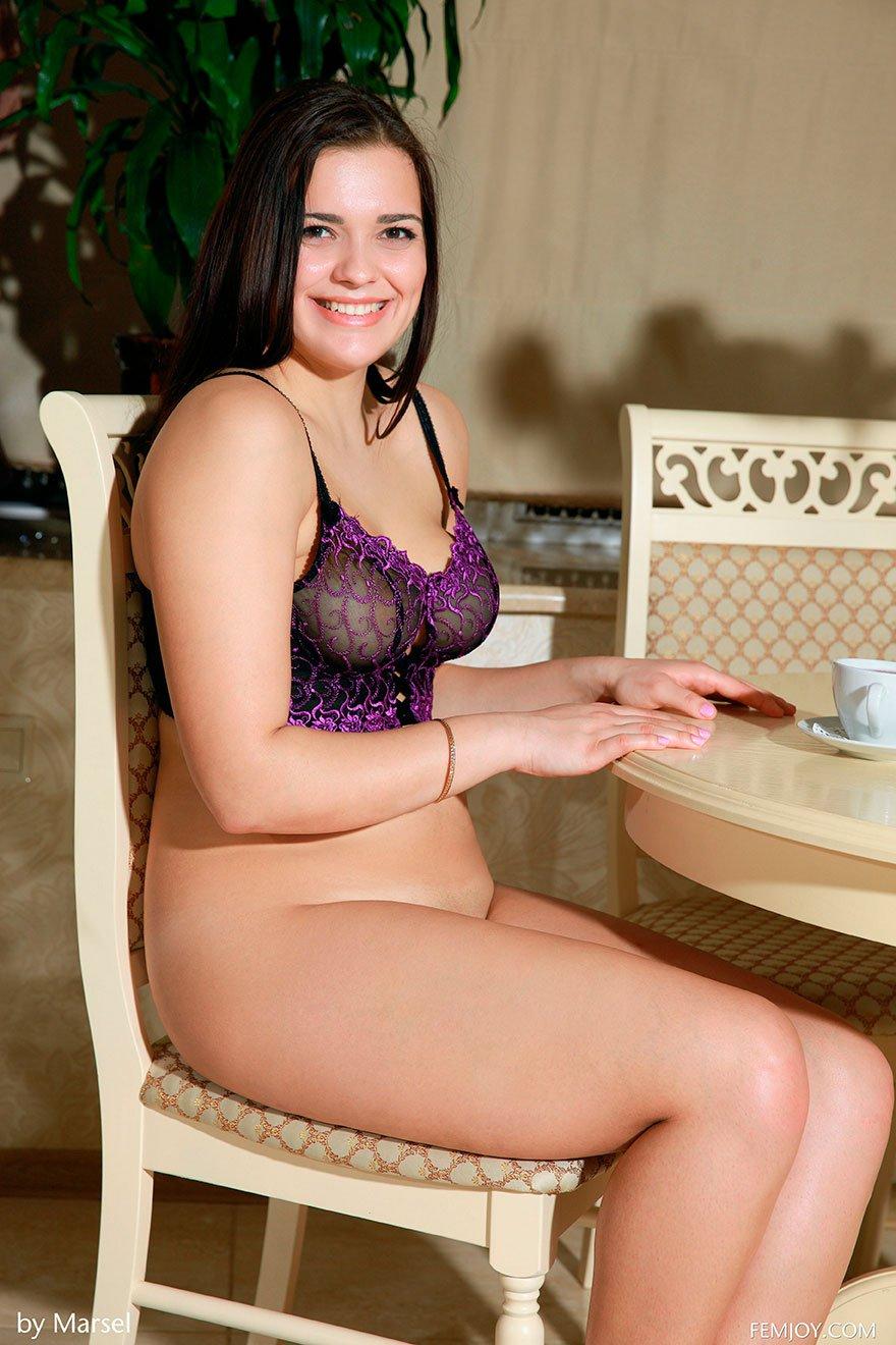 Брюнетки пухленькие девушки фото топлес голые фото 375-167