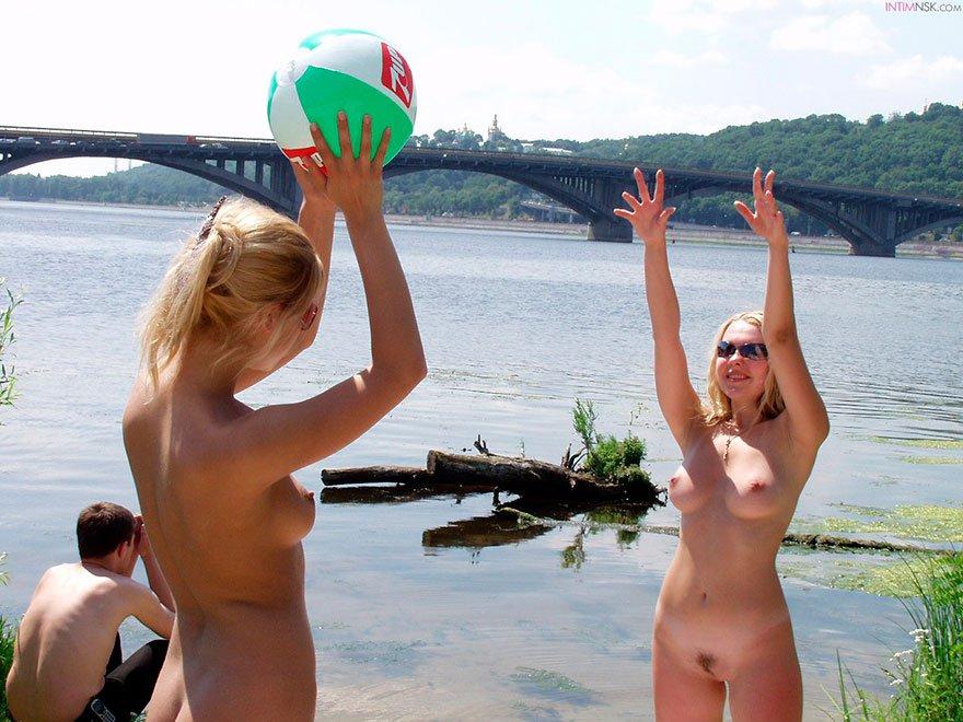 Голые блондиночки на берегу моря возле реки - секс фото