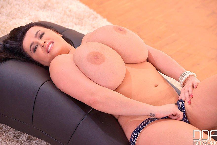 Толстая модель с темными волосами с гигантскими буферами - секс-фото