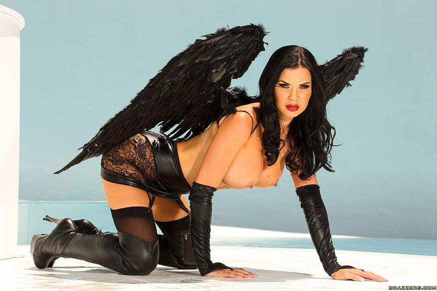 Черный ангел - красивая фото сессия брюнетки с большой силиконовой грудью