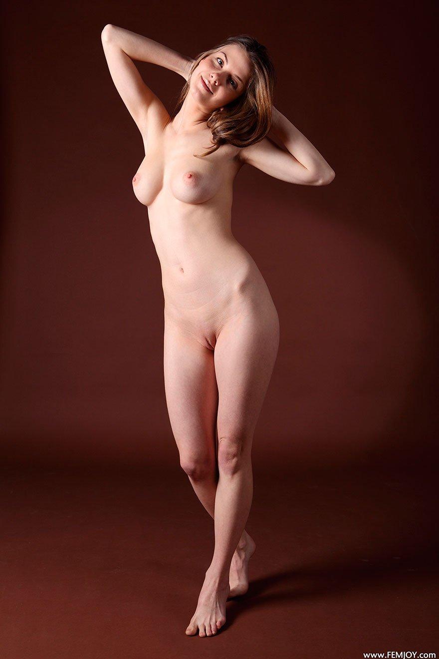 Совершеннолетняя барышня с прелестной задницей голая в студии