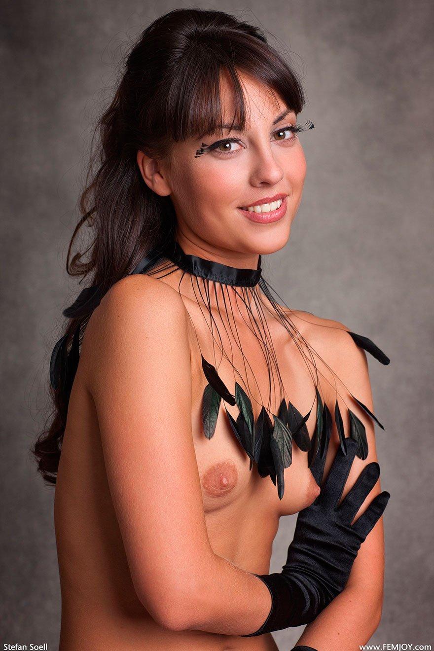 Красивая эротическая фотка сессия смуглой брюнетки с волосатыми ресницами секс фото