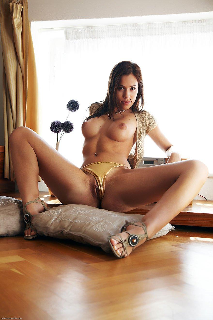 Брюнетка с пирсингом порно
