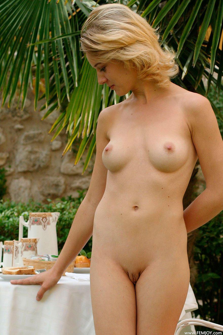 Завтрак в саду - эротика обнаженной блондинки с зелеными глазами