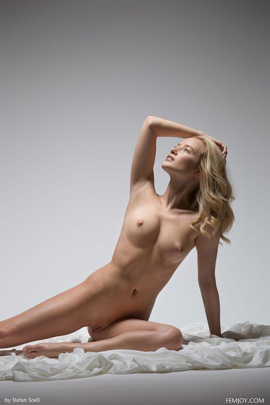 Соблазнительные эротические фото сучки со свелыми волосами в студии секс фото