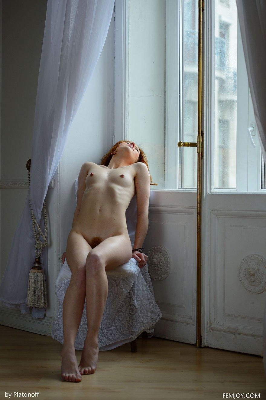 Эротические фотографии рыжей чувихи с небритой писей