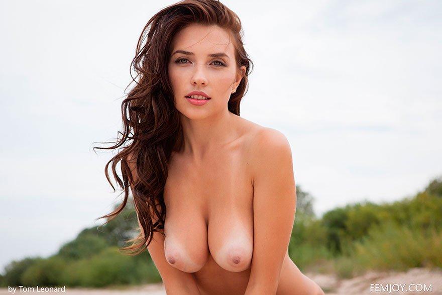 Темненькая девушка с идеальными буферами разделась около воды секс фото