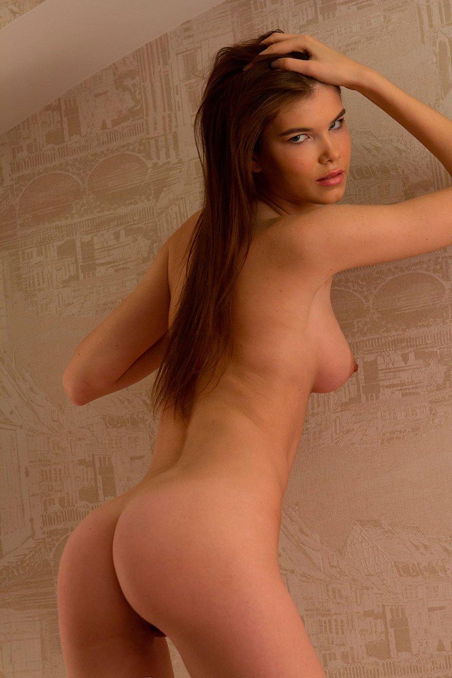 Молоденькая девушка в чулках на голое тело