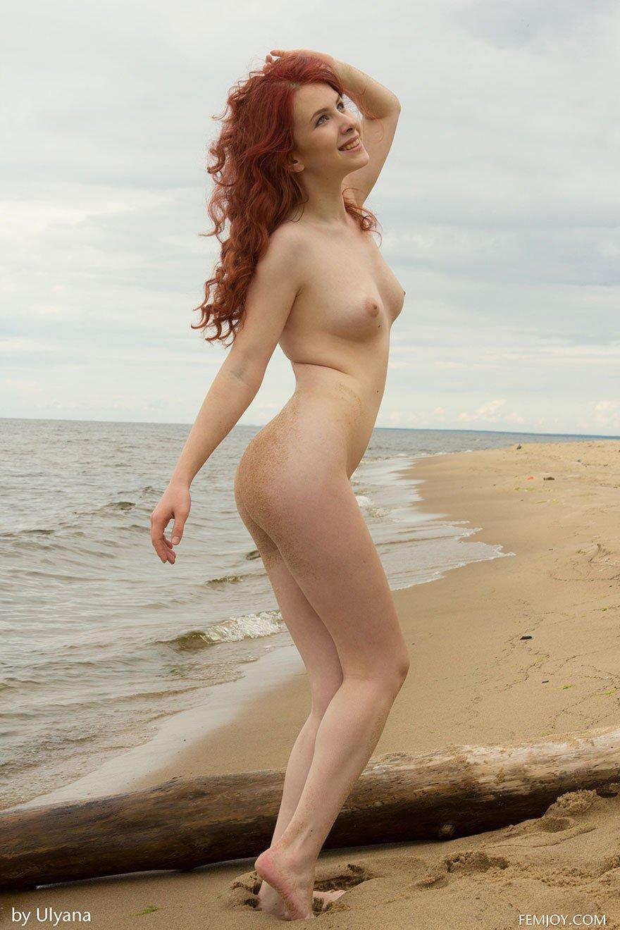 Рыжая проститутка оголилась на диком пляже