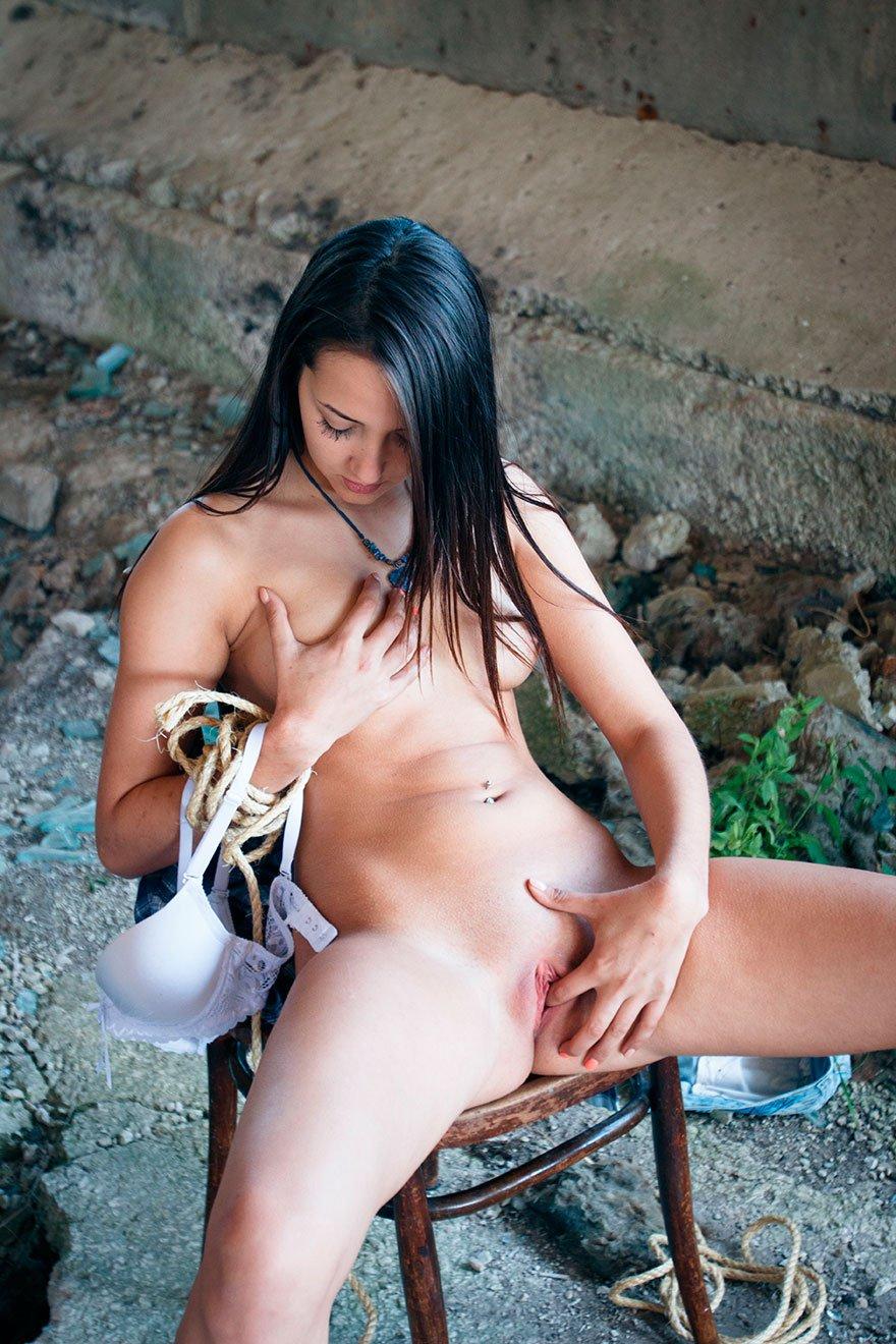 голая девушка привязана к машине скотчем фото