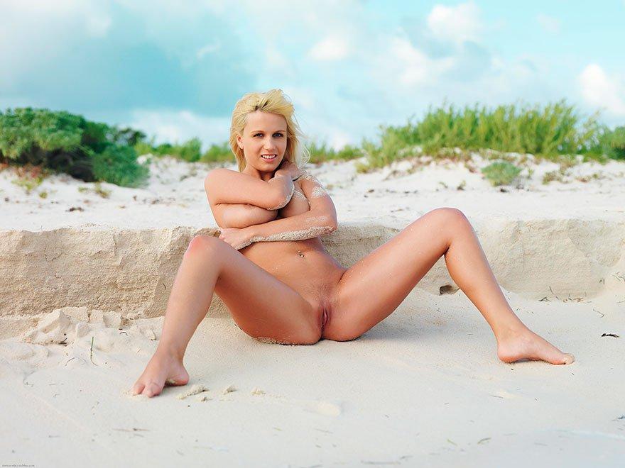 Симпатичные эро картинки сисястой блондинки с тонкой талией