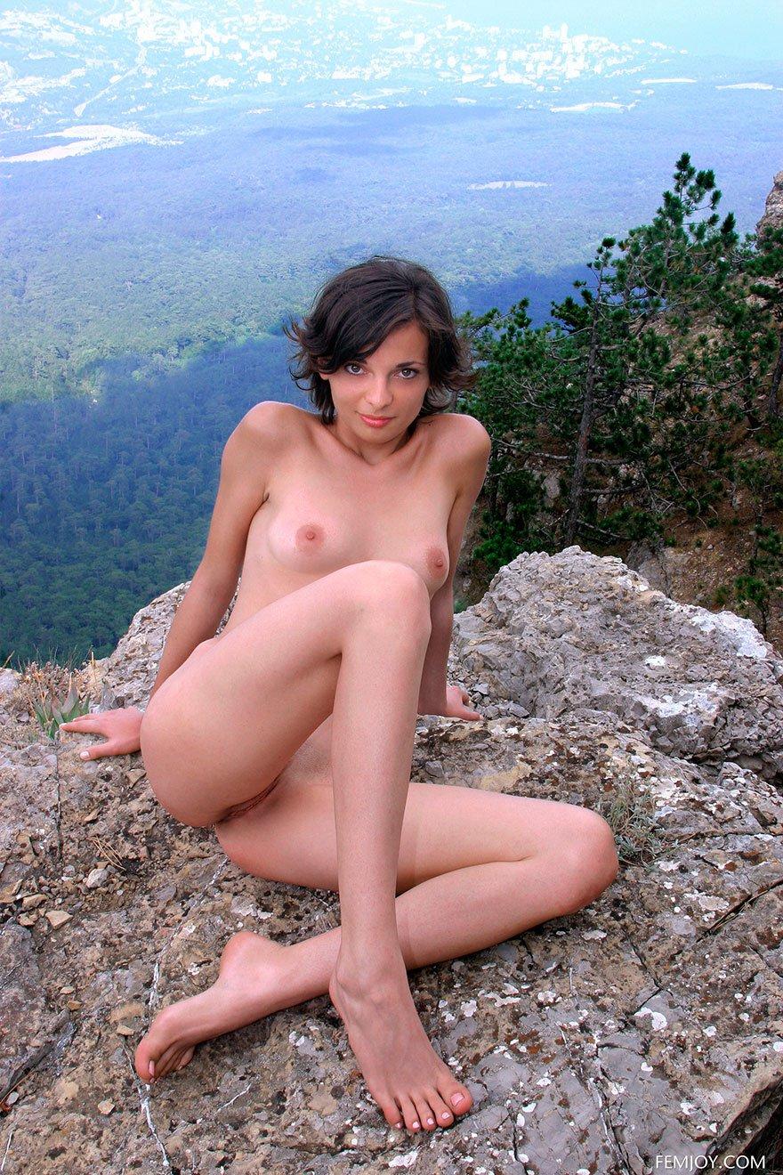 Милые фотки раздетой тёлки на скале