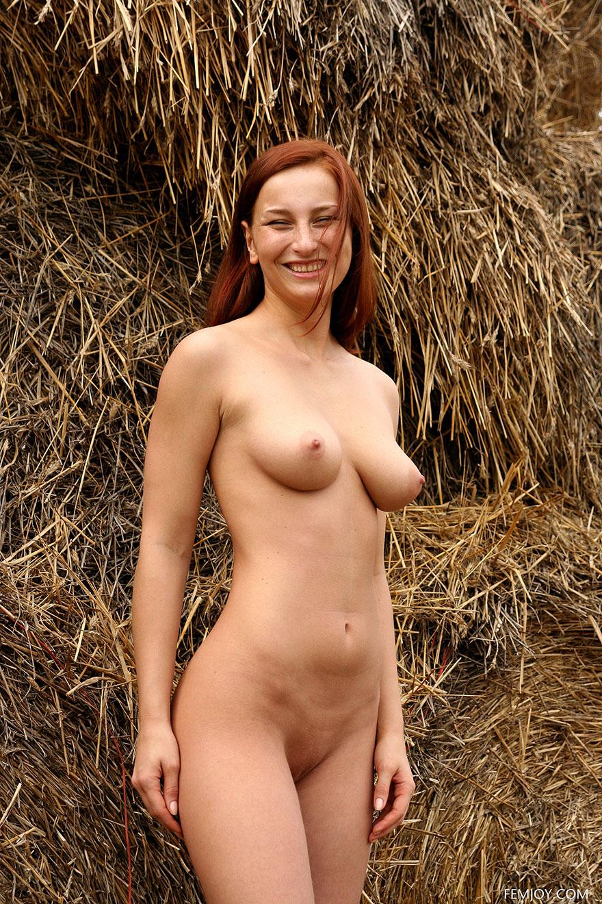 Девица с красивой попой на сеновале