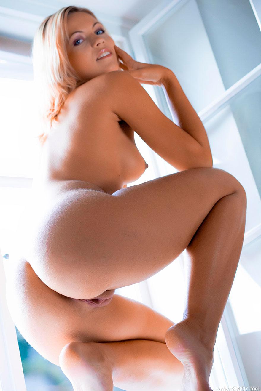Новый фотках сет от студии Femjoy - раздетая блондинка на подоконнике