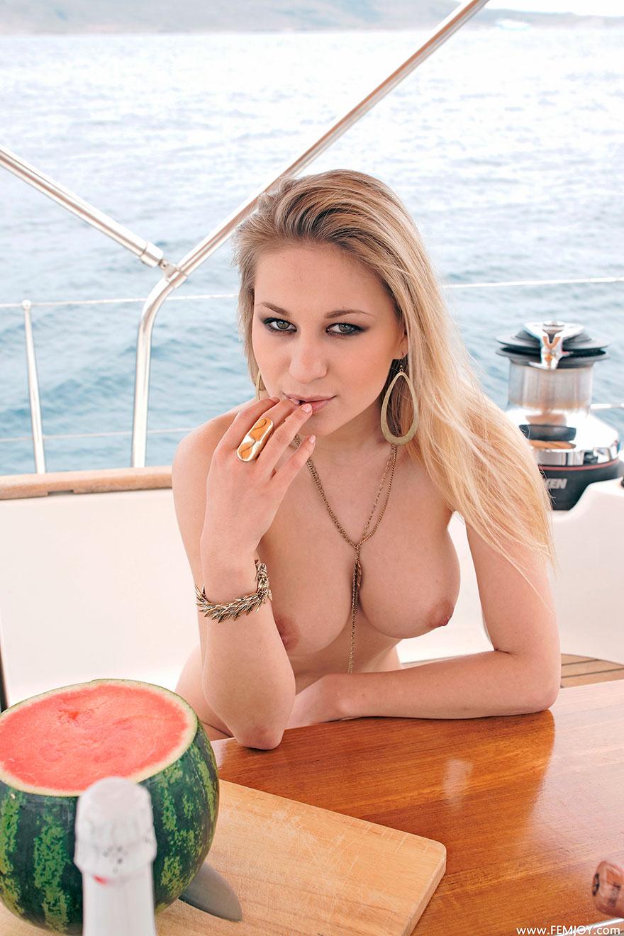 Большие сиськи на яхте фото фото 774-390