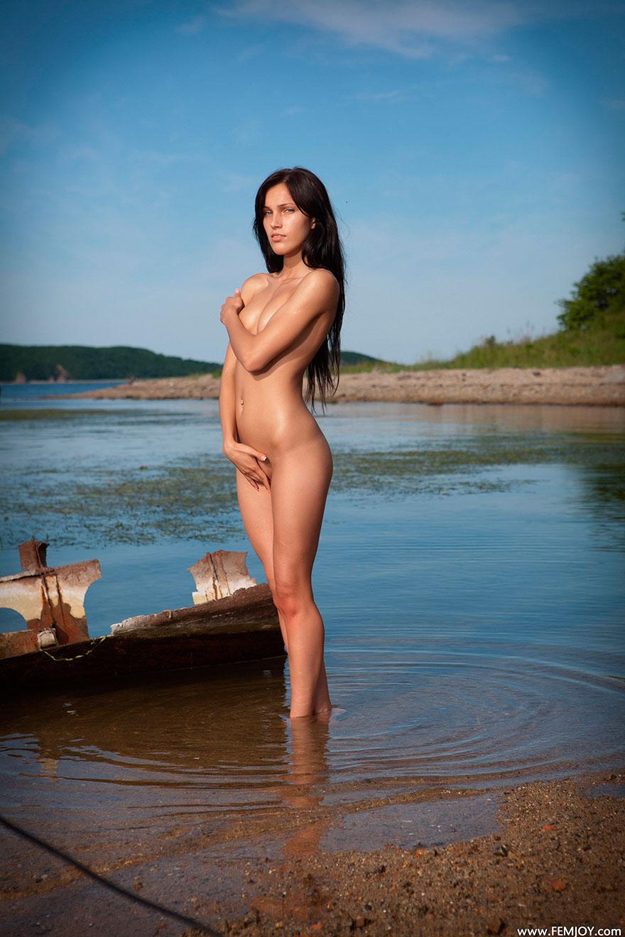 Красивая эротика - стройная брюнетка у реки на восходе солнца