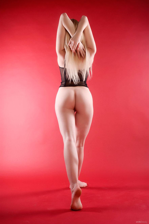 Блондинка выставила напоказ красивую попу в прозрачных трусах