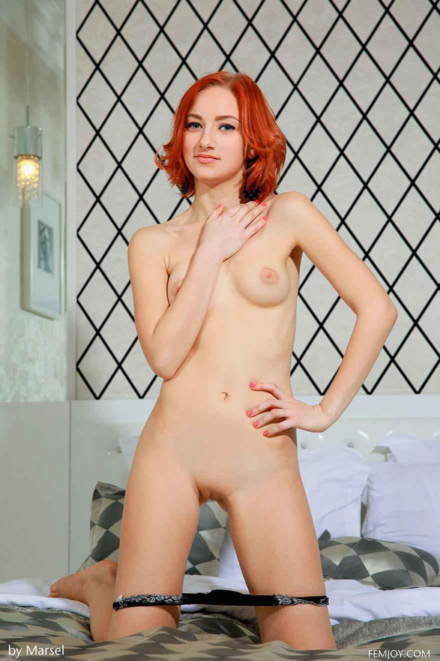 Рыжая женщина снимает пеньюар - фото эротика