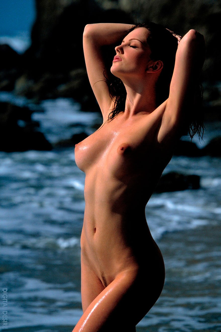 Чувственная эротика манекенщицы студии Digital Desire в море секс фото