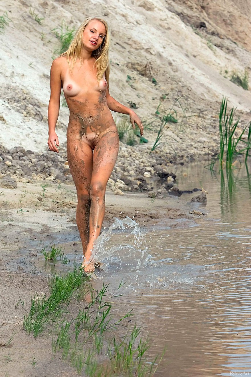 Фото стройной блондинки с косичкой на берегу реки