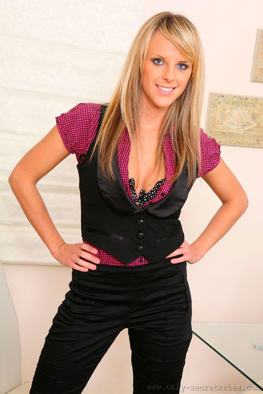 Эротическая блондинка в розовых трусах фото фото 24-744