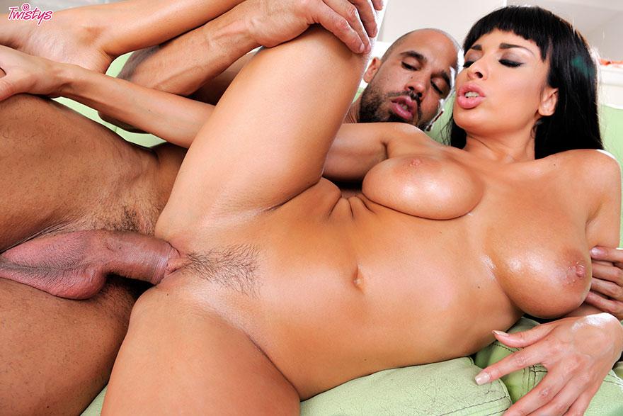 Порно фото знойной брюнетки с сиськами в масле