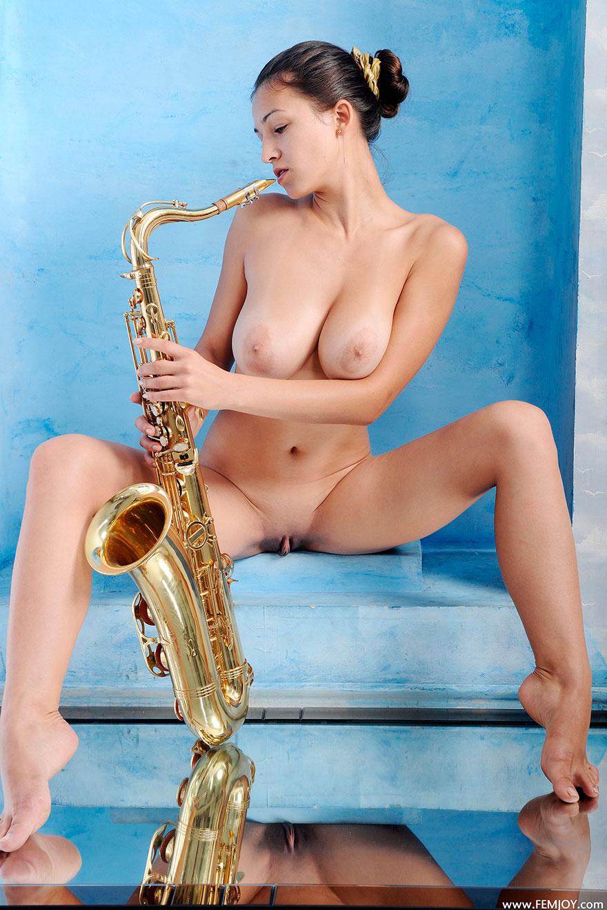 Красивые фото грудастой брюнетки с саксофоном