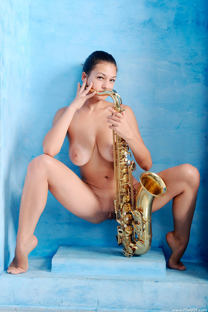 Саксофон голая девушка 18 фотография