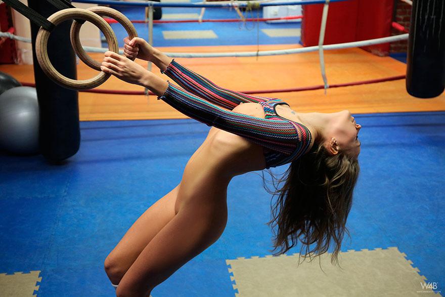 Молодая девка без белья на боксерском ринге