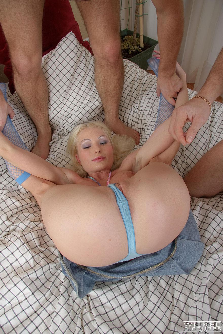 Секс в попу в троем 9 фотография