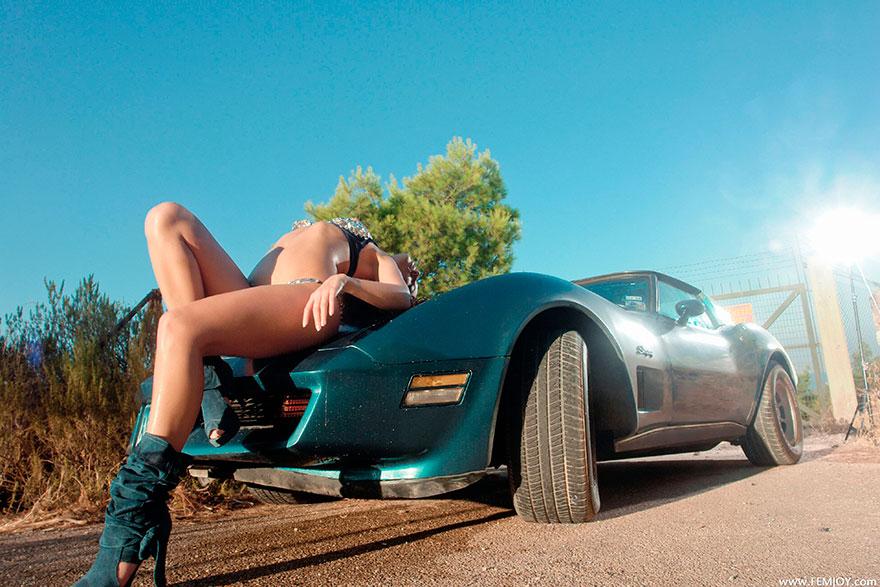 Голая девушка с классной попкой моет спортивный авто