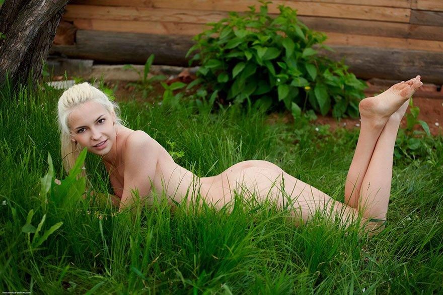 Молодая нагая модель со свелыми волосами под цветущей яблоней смотреть эротику