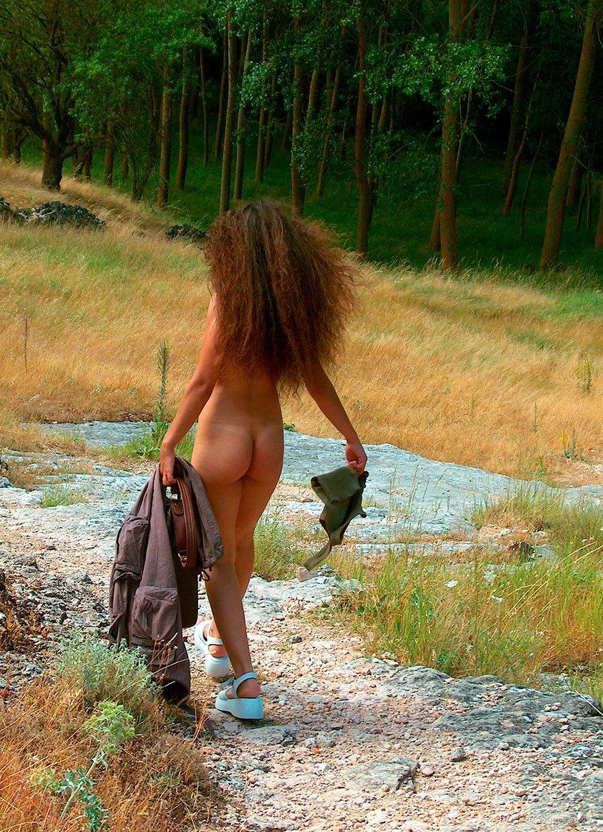 Симпатичные картинки девушки с небритыми волосами в саду