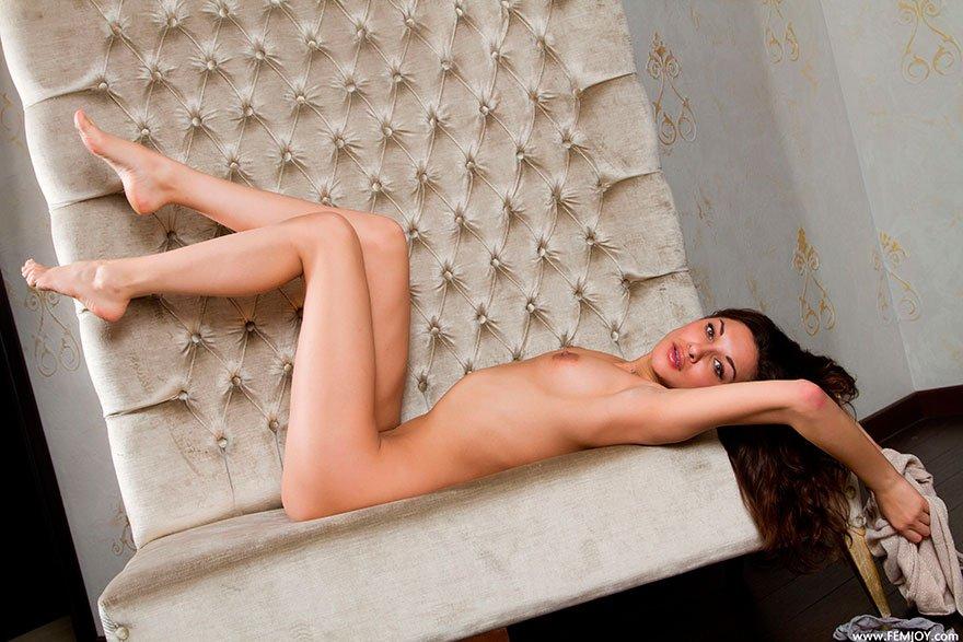 Симпатичная представительница слабого пола на мягком козетке оголила киску секс фото