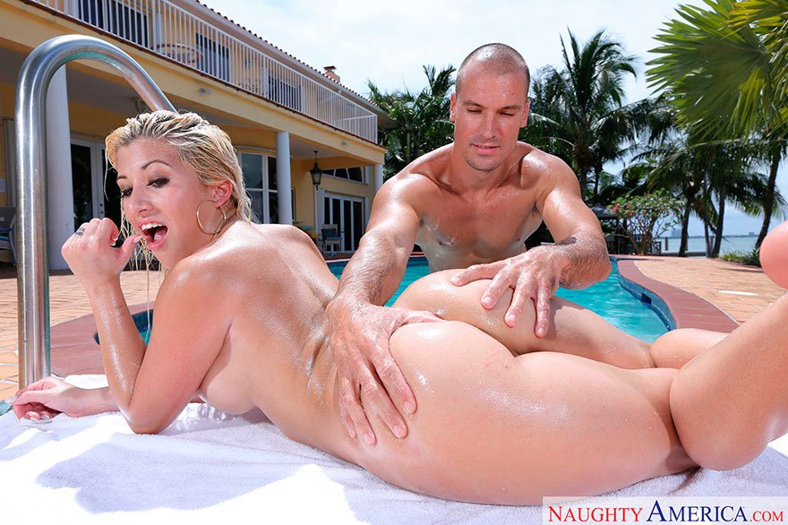 Юнец возбуждает огромную попку блондинки на фоне бассейна