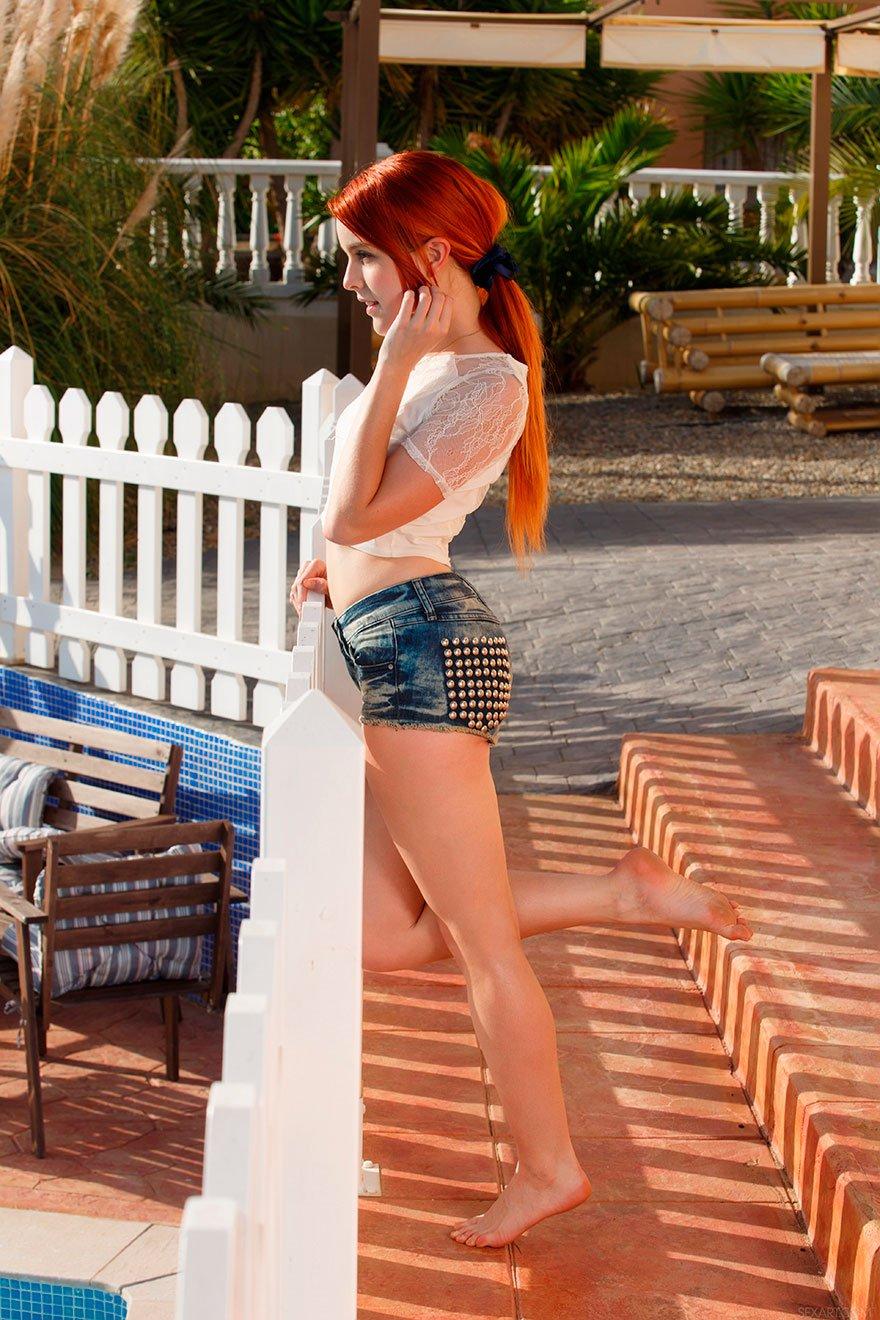 Эротика молодой девушки с длинными рыжими волосами