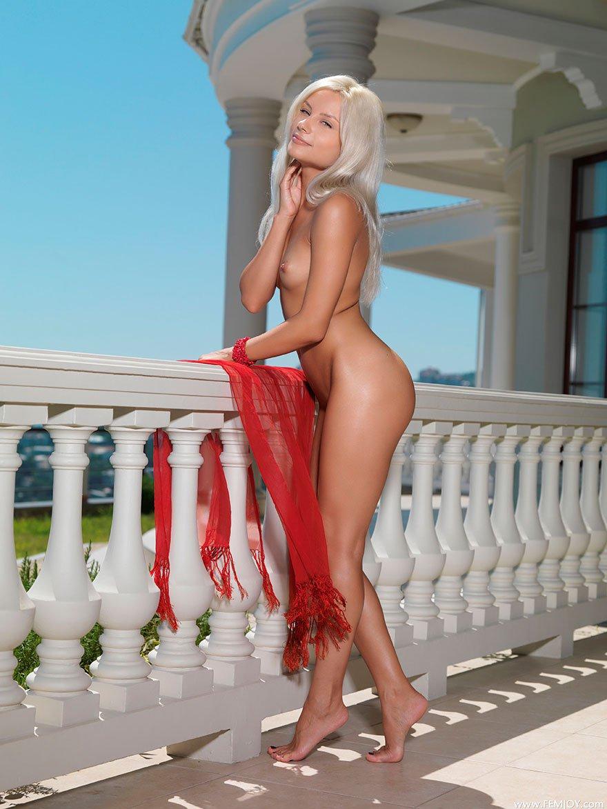 Блондинка с загорелым телом - сексуальная модель студии Femjoy