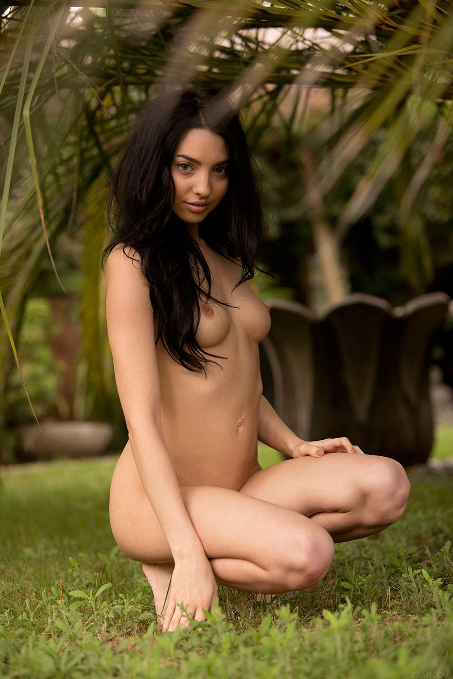 Эротика брюнетки в гамаке под пальмами