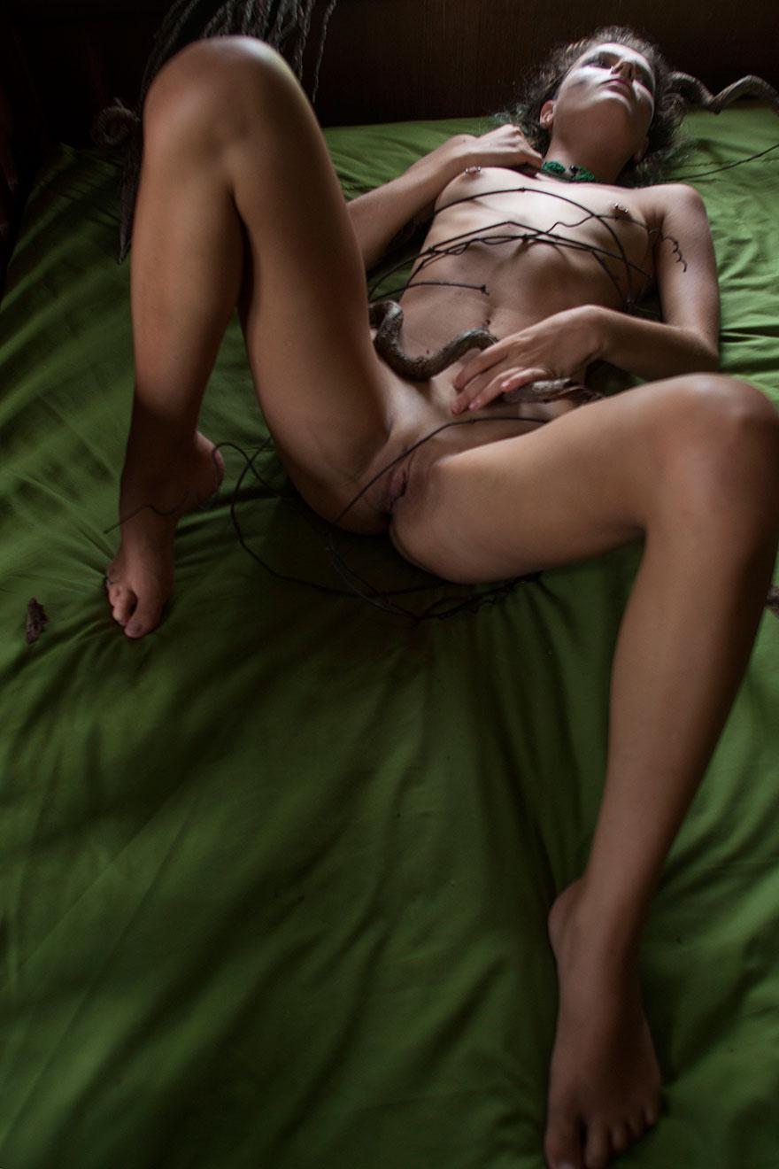 Голые сиськи блондиночки опутанное проволокой