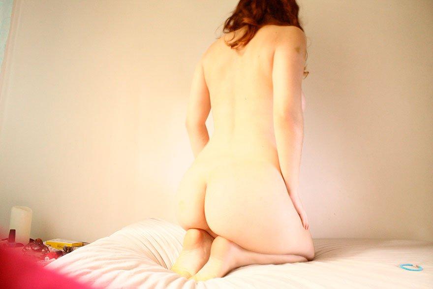Рыжеволосая кобыла оголила горячую попу секс фото