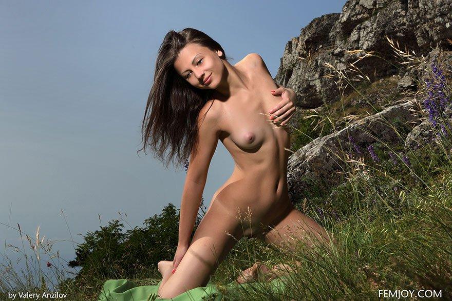 Горячие фото Молодой девушки в горах секс фото