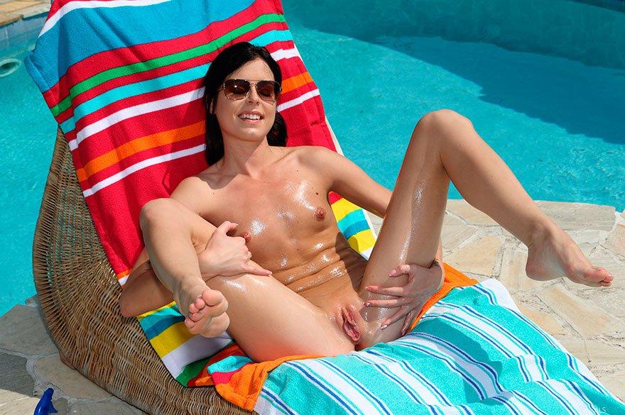 Русая порноактрисса в мини-бикини принимает солнечные ванны около бассейна