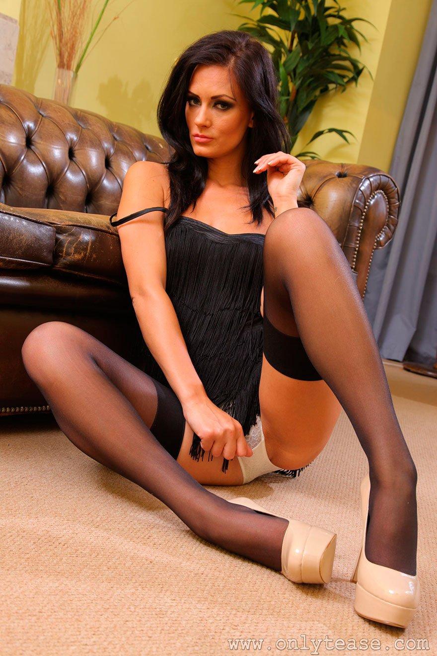 Длинные ноги брюнетки в чулках - фото эротика