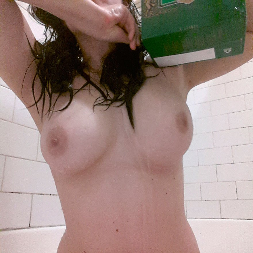 Шикарные раздетые титьки модели в душе - частные фото секс фото